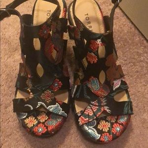 Torrid embroidered wedges // Size 9.5 // NWT